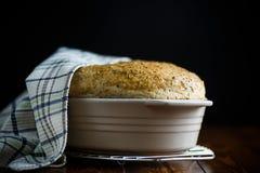 Chleba dom w ceramicznej formie Zdjęcia Stock