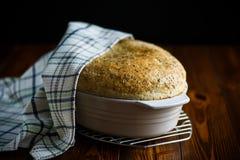 Chleba dom w ceramicznej formie Fotografia Royalty Free