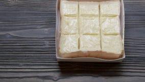 Chleba rozciągnięty masło na plasterku na drewno stole, śniadaniowy jedzenie z serowy kremowy smakowitym wyśmienicie i zbiory wideo