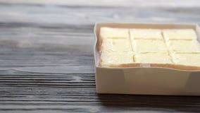 Chleba rozciągnięty masło na plasterku na drewno stole, śniadaniowy jedzenie z serowy kremowy smakowitym wyśmienicie i zdjęcie wideo