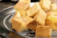 Chlebowa grzanka z masłem i kondensującym mlekiem w talerzu, wybrana ostrość Obraz Stock
