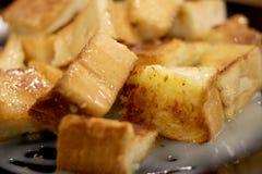 Chlebowa grzanka z masłem i kondensującym mlekiem w talerzu, wybrana ostrość Zdjęcia Stock