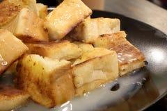 Chlebowa grzanka z masłem i kondensującym mlekiem w talerzu, wybrana ostrość Obraz Royalty Free