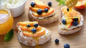 Chlebowa grzanka z ricotta owoc i serem zdjęcie wideo