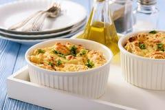 Chlebowa potrawka z kurczakiem, szpinakiem, jajkami i serem znać jako warstwy, obrazy royalty free