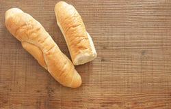 Chlebowa rolka na drewnianym tle zdjęcia royalty free