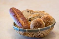 Chlebowe rolki w koszu Zdjęcia Royalty Free