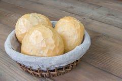 Chlebowe rolki w koszu Obrazy Stock