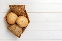 Chlebowe rolki w koszu na nieociosanym drewnianym tle Obraz Royalty Free