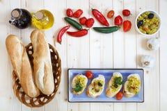 Chlebowe rolki w koszu z czosnkiem i oliwa z oliwek Zdjęcie Stock