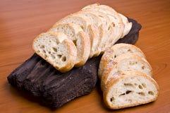 chlebowego bochenka pokrojony bagażnika drewno Obrazy Stock