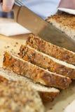 chlebowego bochenka wieśniaka oziarniony przecinania wholemeal Fotografia Stock