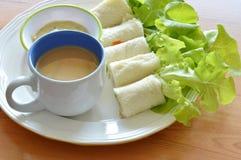 Chlebowej rolki faszerujący bologna, zieleń dąb z filiżanką na naczyniu i Zdjęcia Stock