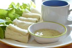 Chlebowej rolki faszerujący bologna, zieleń dąb z filiżanką na naczyniu i Zdjęcia Royalty Free