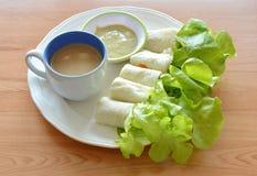 Chlebowej rolki faszerujący bologna, zieleń dąb z filiżanką na naczyniu i Zdjęcie Royalty Free