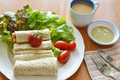 Chlebowej rolki i sałatki maczania kumberland z kawą dla śniadania Obrazy Royalty Free