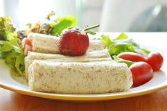 Chlebowej rolki i sałatki polewy truskawka na naczyniu Fotografia Stock