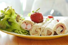 Chlebowej rolki i sałatki polewy truskawka na talerzu Zdjęcie Stock