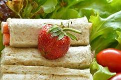 Chlebowej rolki polewy truskawka z warzywem Zdjęcia Royalty Free