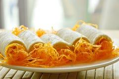 Chlebowej rolki złote nici stosowali deser na naczyniu Zdjęcia Royalty Free
