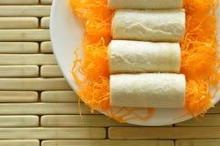 Chlebowej rolki złote nici stosowali deser na talerzu Obrazy Royalty Free