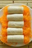 Chlebowej rolki złote nici stosowali deser na talerzu Zdjęcie Royalty Free
