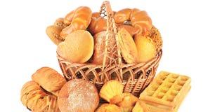 Chlebowi i piec towary w łozinowym koszu odizolowywającym na białym bac Zdjęcie Royalty Free
