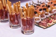 Chlebowi kije z prosciutto w szkle Fotografia Stock