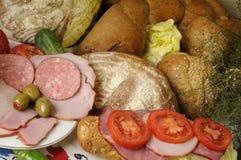 chlebowi mięśni oliwek czerwieni pomidory Zdjęcie Royalty Free