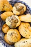 Chlebowi muffins w koszu Zdjęcia Stock