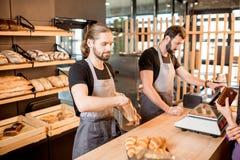 Chlebowi sprzedawcy przy piekarnia sklepem Obrazy Stock