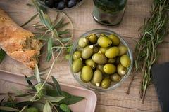 Chlebowy ciabatta i puchar zielone oliwki Obrazy Royalty Free