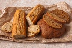 Chlebowy ciabatta pokrajać karmowego tła brązu papieru pszenicznego otręby brezentowego graine drożdżowego zaczyn obraz stock
