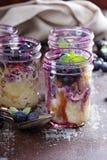 Chlebowy jagodowy pudding w kamieniarzów słojach Fotografia Royalty Free