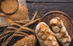 Chlebowy piekarni tło Brown i biały banatki adry bochenków skład zdjęcia stock