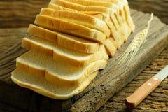 Chlebowy plasterek Chlebowy biel chlebowy drewno chleb na stole Chleb f Fotografia Royalty Free