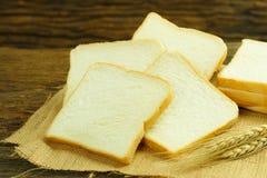 Chlebowy plasterek Chlebowy biel chlebowy drewno chleb na stole Chleb f Obrazy Royalty Free