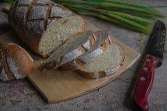 Chlebowy plasterek na drewnianej desce Pszeniczny świeży bochenek Zdjęcia Royalty Free