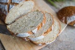 Chlebowy plasterek na drewnianej desce Pszeniczny świeży bochenek Obraz Royalty Free