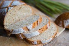 Chlebowy plasterek na drewnianej desce Pszeniczny świeży bochenek Zdjęcie Royalty Free