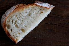 Chlebowy plasterek na drewnianym stole Obraz Stock