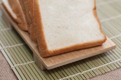 Chlebowy plasterek na tnącej desce Obrazy Stock