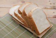 Chlebowy plasterek na tnącej desce Zdjęcia Stock