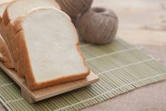 Chlebowy plasterek na tnącej desce Fotografia Royalty Free