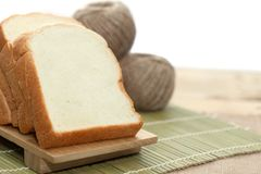 Chlebowy plasterek na tnącej desce Fotografia Stock