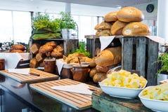 Chlebowy pokaz przy hotelowym bufetem fotografia stock