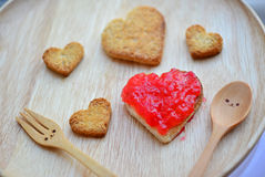 Chlebowy rozcięcie i czerwony truskawkowy dżem w kształcie serce i woode Obraz Royalty Free
