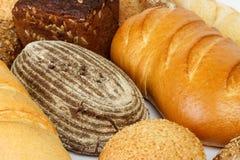 Chlebowy tło, odgórny widok, biali, czarni i żyto bochenki, Obrazy Stock