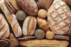 Chlebowy tło, odgórny widok, biali, czarni i żyto bochenki, zdjęcia royalty free