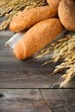 Chlebowy wholemeal owies i gryki mąka z kolcami na starym drewnianym tle Fotografia Royalty Free